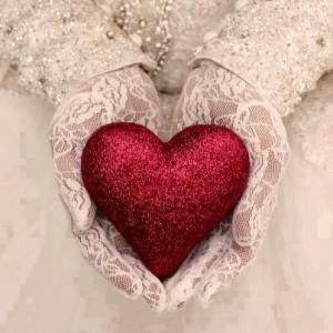صورة قلب احمر تحمله امرأة متزوجة بعد اعتذر زوجها لها