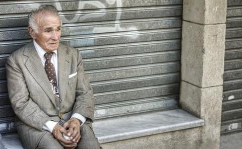 الحمدلله فى السراء والضراء صور رجل كبير في السن يجلس حزين وحيد