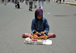 صورة طفلة محجبة فتاة تبيع مناديل