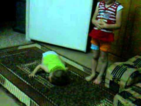 أطفال يصلون بطريقة مضحكة