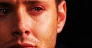 رجل يبكي على فراق زوجتة