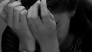 فتاة حزينة تبكي