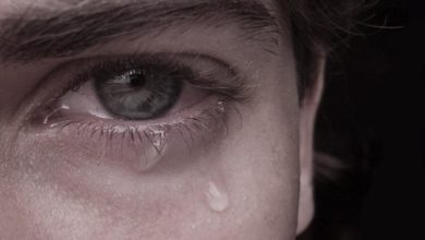 شاب يبكي