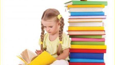 بنت تقرأ قصة