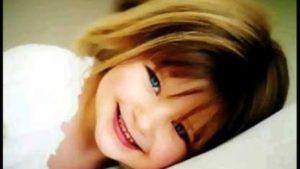 طفلة جميلة تضحك