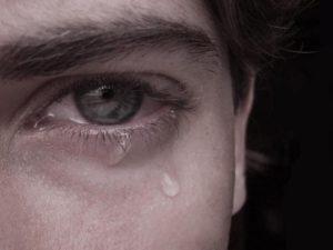 شاب حزين يبكي