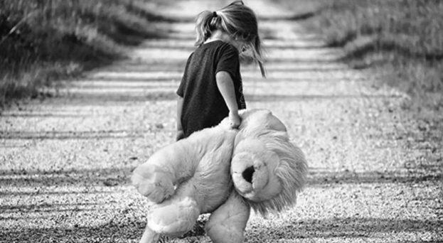 طفلة تحمل دمية
