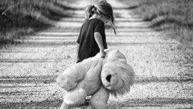 صورة بنت جميلة مع الدمية