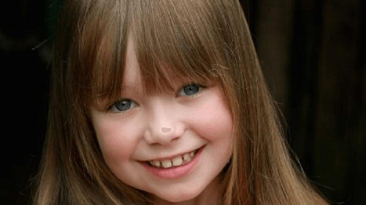 طفلة تضحك فرحة.