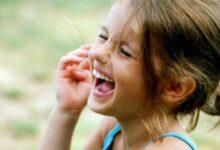 طفلة تضحك من قلبها