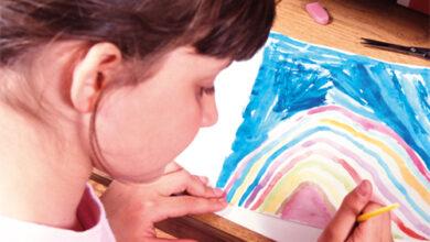 طفلة ترسم بألوانها
