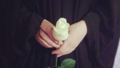 فتاة جميلة بيدها وردة بيضاء
