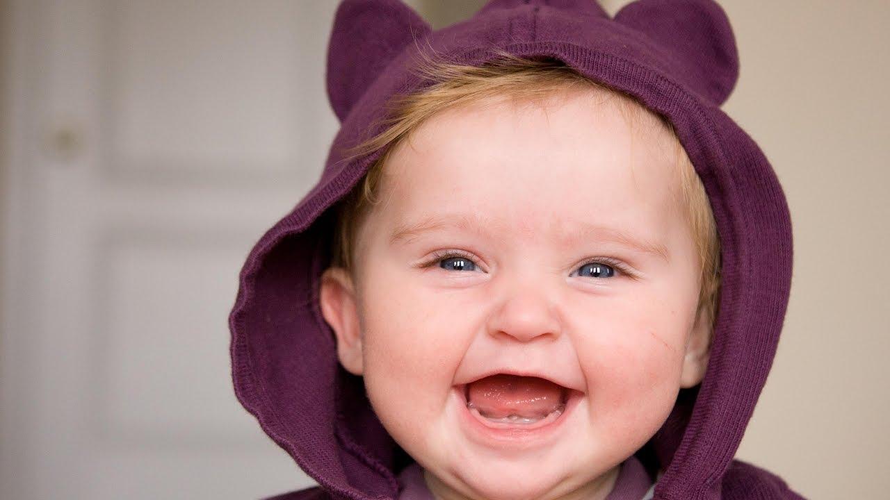 طفل صغير يضحك.