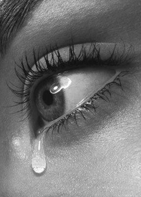 دموع تتساقط من عين فتاة جميلة.