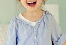 طفلة تضحك بشدة.