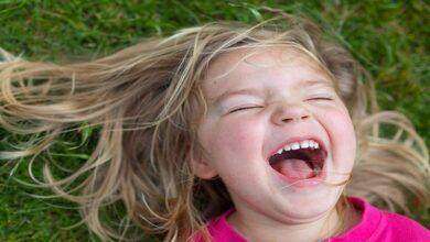 طفلة تضحك.