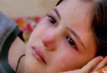 طفلة أرهق قلبها الحزن.