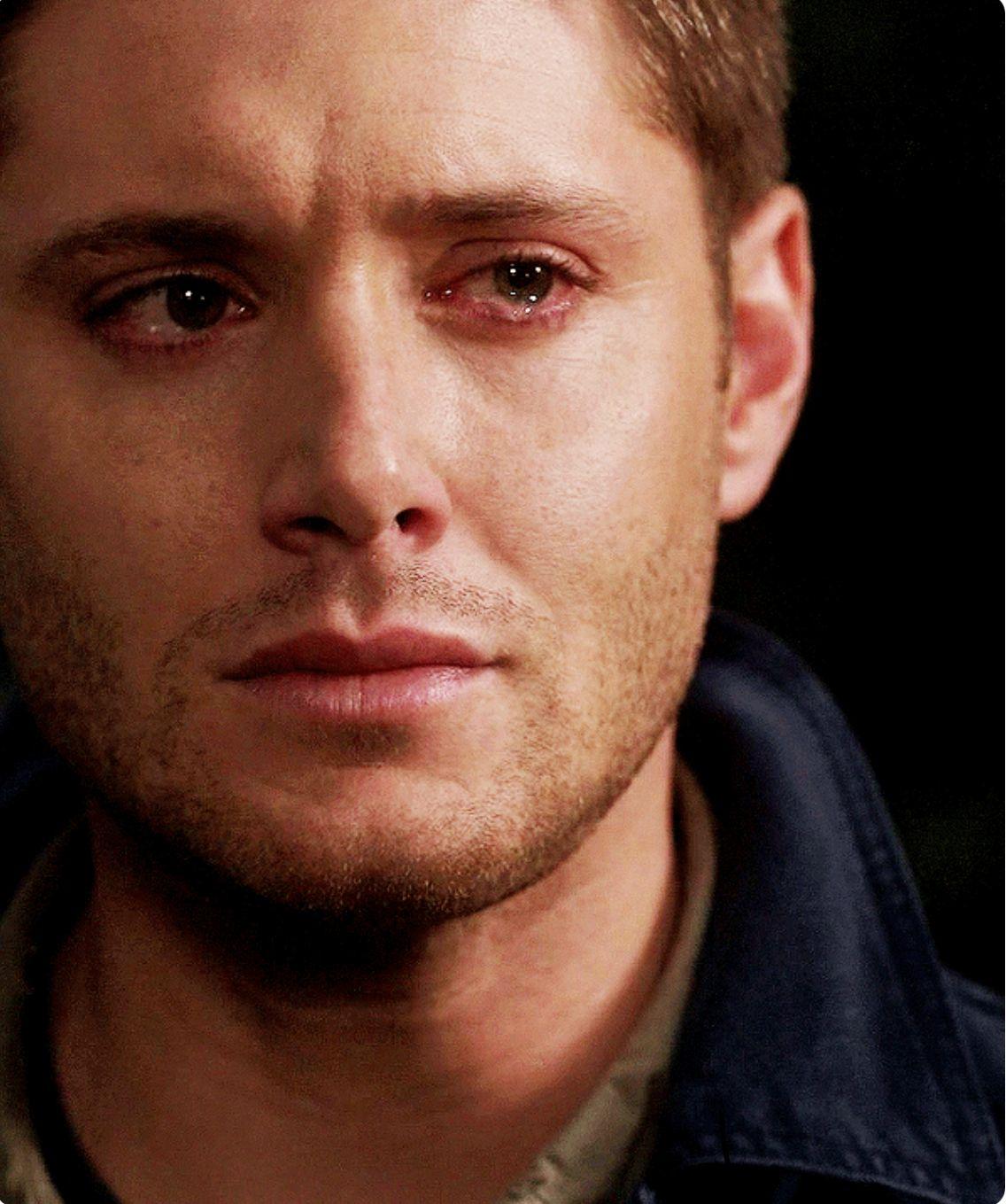 شاب يبكي.