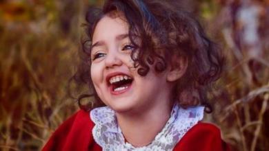 طفلة جميلة تضحك.