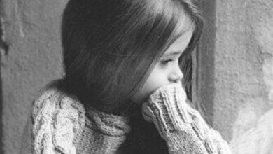 طفلة حزينة ومقهورة.