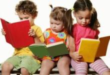 أطفال يقرأون.