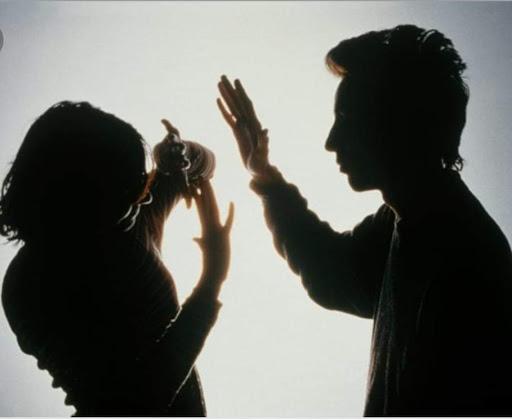 زوج يضرب زوجته.