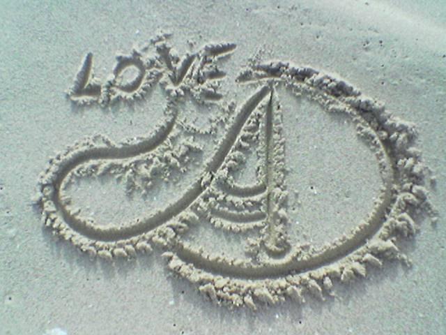 حرف الحبيب محفور على الرمال.