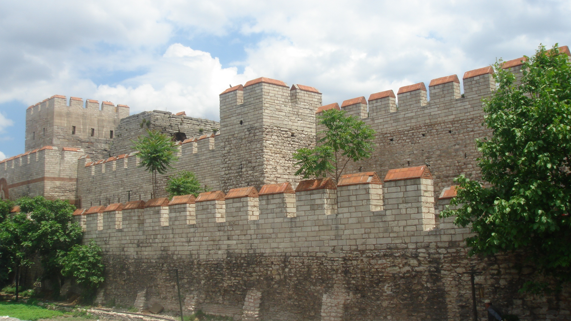 أسوار القسطنطينية الثلاث .