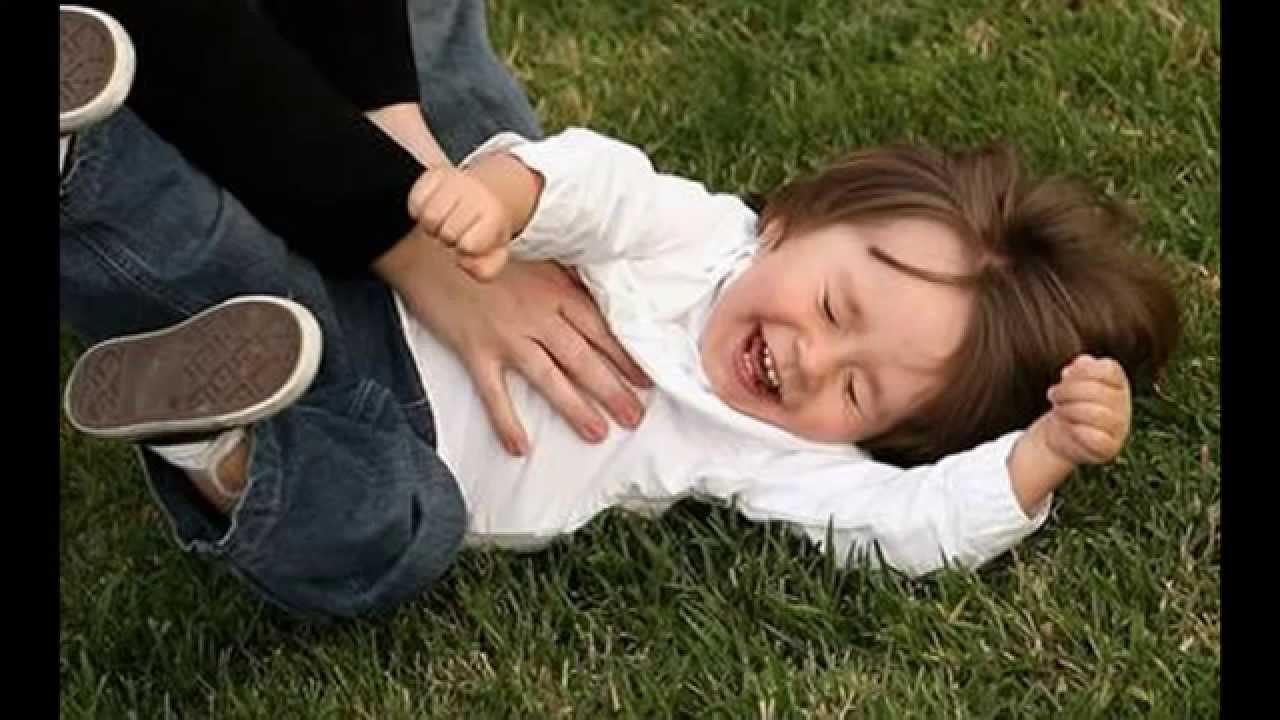 طفل لم يتمالك نفسه من شدة الضحك.