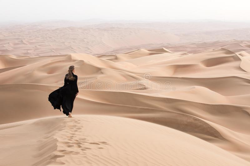 فتاة تائهة في الصحراء.