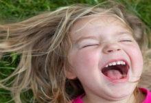 طفلة جميلة تضحك بشدة.