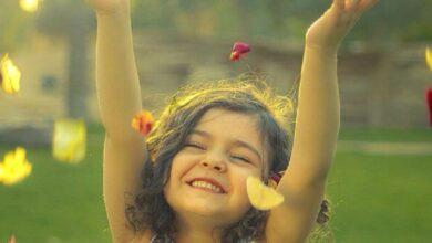 طفلة تضحك من قلبها بشدة.