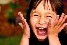 طفل صغير يضحك وبشدة.