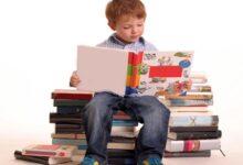 طفل يقرأ.