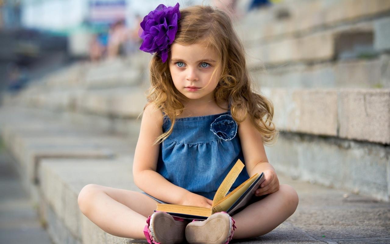 صغيرة مولعة بالقراءة.