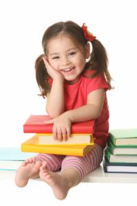 طفلة صغيرة تقرأ.