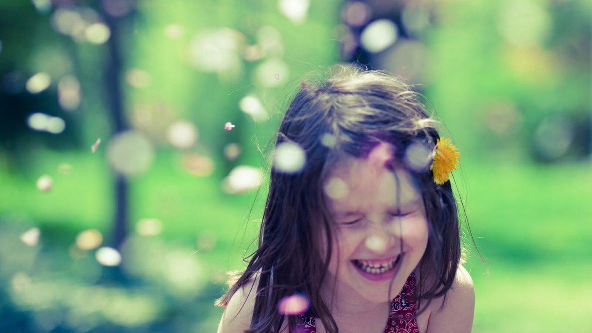 طفلة تضحك من قلبها.
