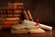 كتب مليئة بالقصص والحكم.
