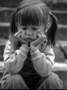 طفلة حزينة.