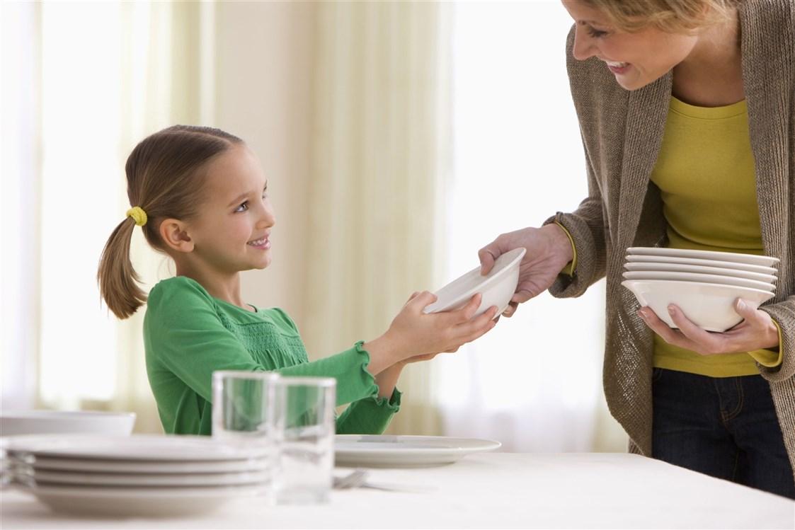 طفلة تتعاون مع والدتها.
