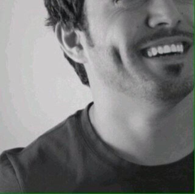 شاب يبتسم من قلبه برضا.