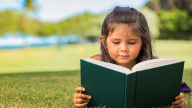 طفلة تقرأ قصصا.