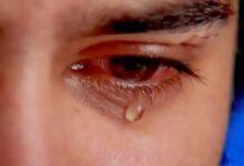رجل يبكي ندما.