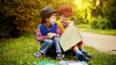 طفلان عاشقان للقراءة.