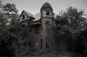 منزل مهجور ومخيف.