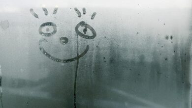 وجه مبتسم في جو يملأه الضباب.