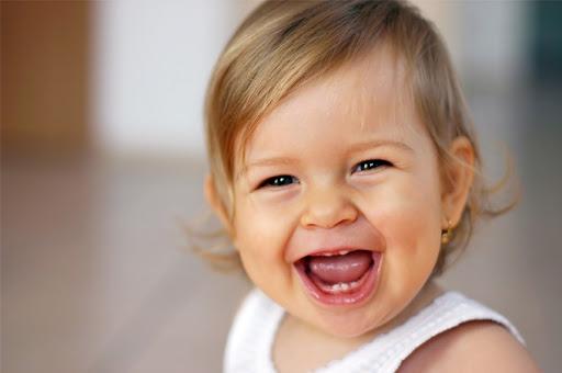 طفلة رضيعة تضحك.