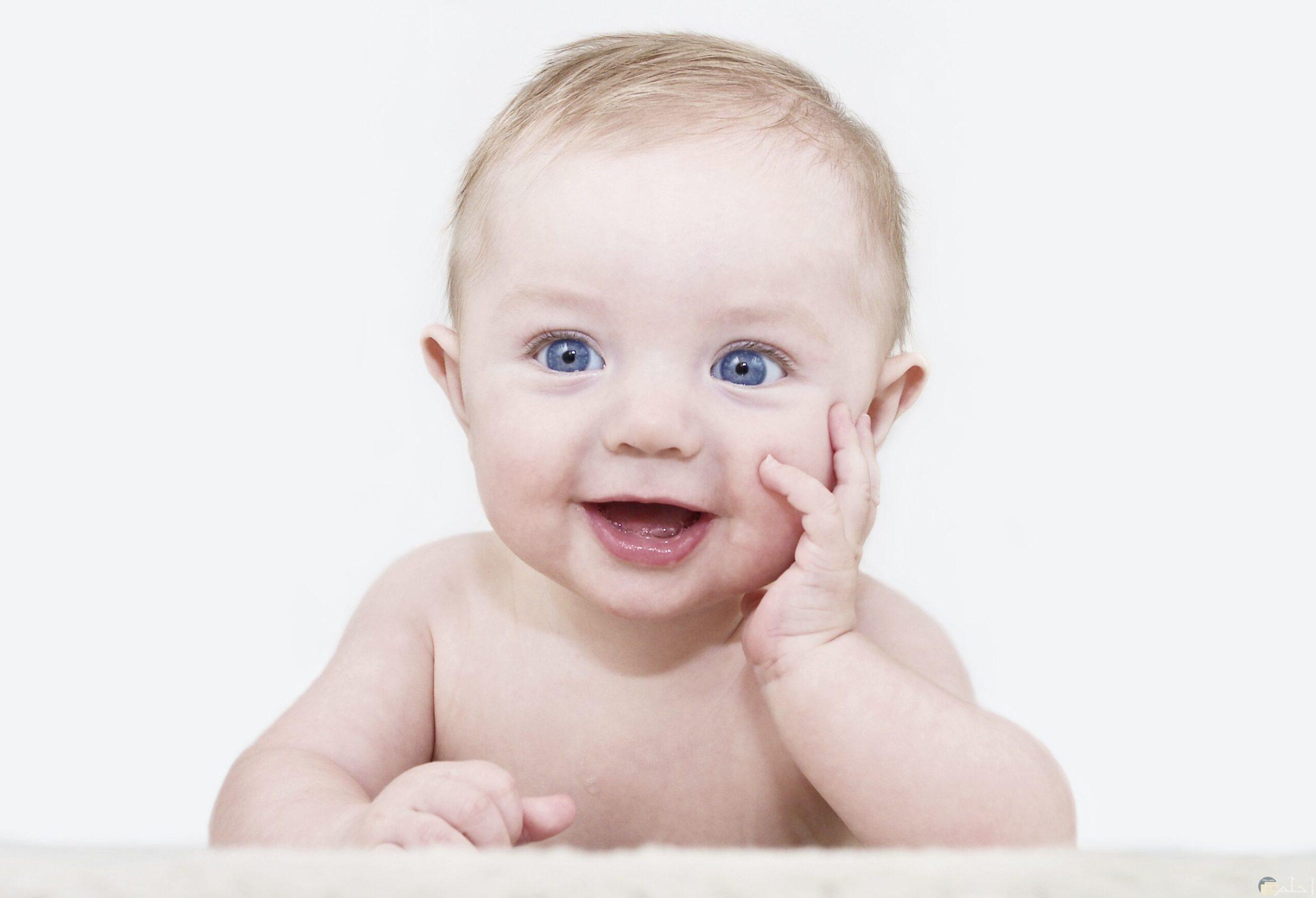 طفل يضحك.