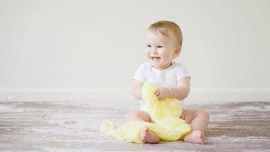 طفلة صغيرة تضحك.
