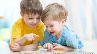 أطفال يقرأون قصصا.